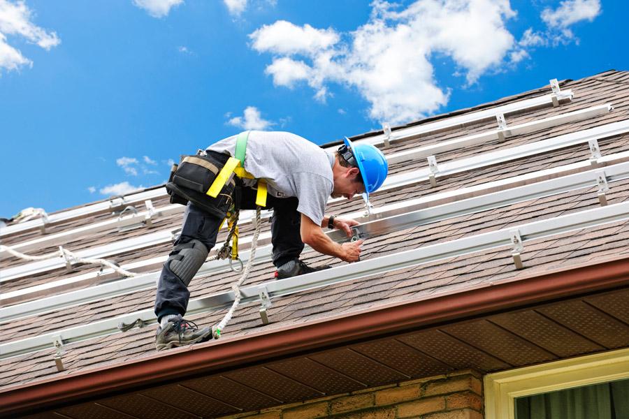 Shingle roofing contractor in Saginaw, Michigan